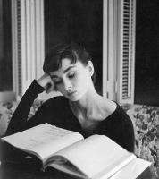 Audrey hepburn lisant